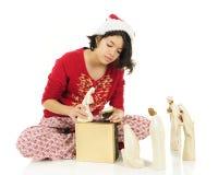 Έφηβος που τακτοποιεί το Nativity στοκ εικόνα με δικαίωμα ελεύθερης χρήσης