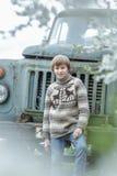 Έφηβος που φορά το πλεγμένο πουλόβερ ελαφιών wooly Στοκ Φωτογραφίες