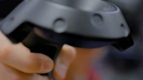 Έφηβος που χρησιμοποιεί το ραβδί ελεγκτών εικονικής πραγματικότητας απόθεμα βίντεο