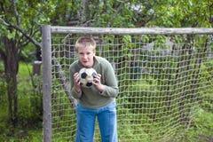 έφηβος ποδοσφαίρου σφα&io Στοκ εικόνα με δικαίωμα ελεύθερης χρήσης
