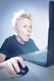 Έφηβος σε έναν υπολογιστή στοκ φωτογραφίες