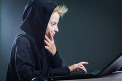 Έφηβος σε έναν υπολογιστή στοκ εικόνα με δικαίωμα ελεύθερης χρήσης