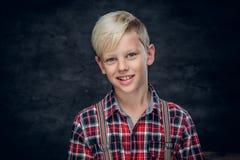 Έφηβος σε ένα πουκάμισο στο γκρίζο υπόβαθρο Στοκ Φωτογραφία