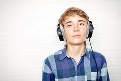 Έφηβος στα ακουστικά Στοκ φωτογραφία με δικαίωμα ελεύθερης χρήσης