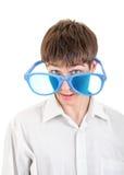 Έφηβος στα μεγάλα μπλε γυαλιά Στοκ εικόνες με δικαίωμα ελεύθερης χρήσης