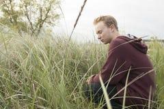 Έφηβος στην ανοικτή επίκληση τομέων Στοκ Εικόνες