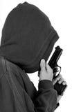 Έφηβος στην κουκούλα με το πυροβόλο όπλο στοκ φωτογραφία με δικαίωμα ελεύθερης χρήσης