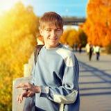 Έφηβος στην οδό φθινοπώρου Στοκ φωτογραφία με δικαίωμα ελεύθερης χρήσης