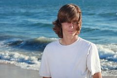 Έφηβος στην παραλία στοκ φωτογραφία
