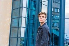 Έφηβος στην πόλη που πηγαίνει για την πρώτη εργασία Στοκ φωτογραφία με δικαίωμα ελεύθερης χρήσης