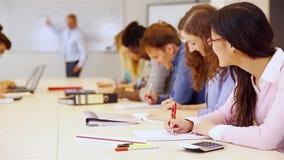 Έφηβος στην τάξη που μαθαίνει από το δάσκαλο απόθεμα βίντεο