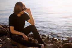 Έφηβος στην όχθη ποταμού στοκ εικόνες