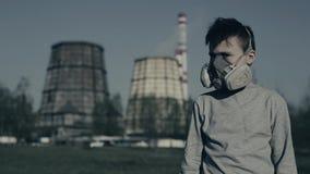 Έφηβος στη μάσκα mounth Αγόρι στην αναπνευστική συσκευή μασκών αερίου ενάντια στη βιομηχανική καπνίζοντας ληφθείσα σωλήνας κινημα φιλμ μικρού μήκους