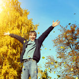 Έφηβος στο πάρκο φθινοπώρου Στοκ εικόνα με δικαίωμα ελεύθερης χρήσης