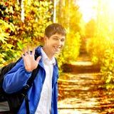 Έφηβος στο πάρκο φθινοπώρου Στοκ Εικόνες