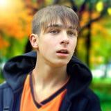 Έφηβος στο πάρκο φθινοπώρου Στοκ Εικόνα