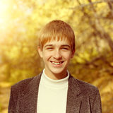 Έφηβος στο πάρκο φθινοπώρου Στοκ εικόνες με δικαίωμα ελεύθερης χρήσης