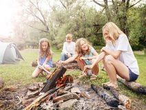Έφηβος στο στρατόπεδο από την πυρκαγιά στοκ φωτογραφίες με δικαίωμα ελεύθερης χρήσης