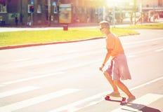 Έφηβος skateboard που διασχίζει τη διάβαση πεζών πόλεων Στοκ εικόνα με δικαίωμα ελεύθερης χρήσης