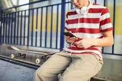 Έφηβος skateboarder που καταψύχει στοκ εικόνες με δικαίωμα ελεύθερης χρήσης