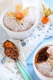 Έχει σπάσει muffin σοκολάτας με κεραμικές μορφές που ψεκάζονται με το pow Στοκ εικόνες με δικαίωμα ελεύθερης χρήσης