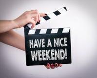 Έχετε ένα συμπαθητικό Σαββατοκύριακο Θηλυκά χέρια που κρατούν clapper κινηματογράφων στοκ φωτογραφία με δικαίωμα ελεύθερης χρήσης