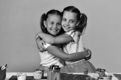Έχετε μια συμπαθητική ημέρα Καλλιτέχνες με το χαμόγελο ponytails Κορίτσια με τα ευτυχή πρόσωπα από το γραφείο Στοκ Εικόνα
