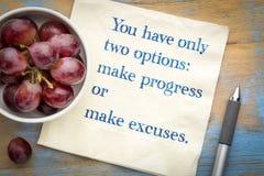Έχετε μόνο δύο επιλογές: σημειώστε πρόοδο ή τις δικαιολογίες στοκ εικόνες