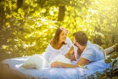 Έχετε τη διασκέδαση στη φύση με την αγάπη σας couple nature στοκ φωτογραφίες με δικαίωμα ελεύθερης χρήσης