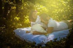 Έχετε τη διασκέδαση στη φύση με την αγάπη σας couple nature στοκ φωτογραφία με δικαίωμα ελεύθερης χρήσης