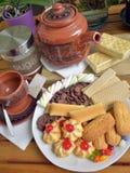 Έχετε το πρόγευμα στο σπίτι με το τσάι και τα μπισκότα Στοκ Εικόνες