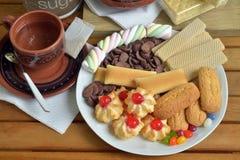 Έχετε το πρόγευμα στο σπίτι με το τσάι και τα μπισκότα Στοκ φωτογραφία με δικαίωμα ελεύθερης χρήσης