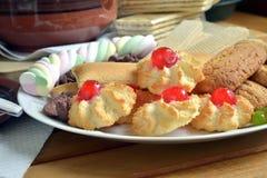 Έχετε το πρόγευμα στο σπίτι με το τσάι και τα μπισκότα Στοκ Φωτογραφίες