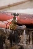 έχον διαρροή νερό βρύσης Στοκ εικόνα με δικαίωμα ελεύθερης χρήσης