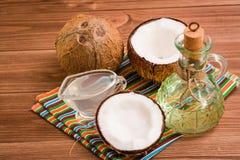 Έλαιο, γάλα και καρύδες καρύδων σε έναν ξύλινο πίνακα στοκ εικόνες