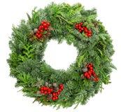 Έλατο στεφανιών Χριστουγέννων, πεύκο, κομψοί κλαδίσκοι με τα κόκκινα μούρα κώνων Στοκ φωτογραφία με δικαίωμα ελεύθερης χρήσης