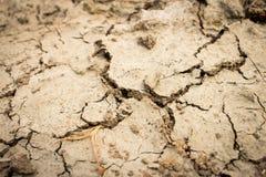 Έδαφος με το ξηρό και ραγισμένο έδαφος στοκ εικόνες