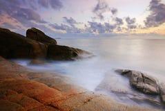 Έδαφος παραλιών βράχου πετρών της Ταϊλάνδης ανατολής ηλιοβασιλέματος παραλιών ήλιων άμμου θάλασσας Στοκ Εικόνες