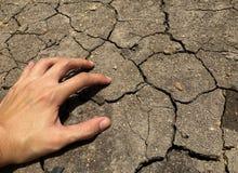 Έδαφος ρωγμών και χέρι πίεσης στοκ εικόνα