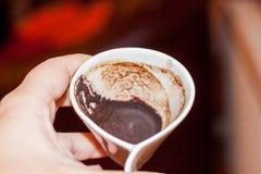 Έδαφος φλιτζανιών του καφέ διαθέσιμο Στοκ εικόνες με δικαίωμα ελεύθερης χρήσης
