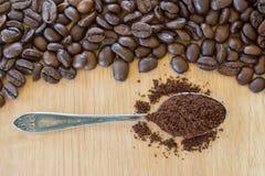 Έδαφος coffe στα εκλεκτής ποιότητας φασόλια κουταλιών και cofee Στοκ Φωτογραφία