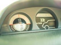 Έλεγχος ισορροπίας οχημάτων και μέτρο θερμοκρασίας για την εξωτερική άποψη Στοκ Εικόνα