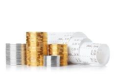 Έλεγχος παραλαβών εγγράφου καταλόγων μετρητών με τα νομίσματα Στοκ Εικόνα