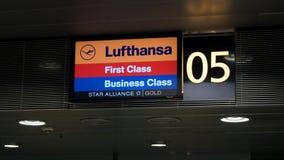 Έλεγχος πρώτης θέσης της Lufthansa στο μετρητή Στοκ Φωτογραφίες