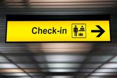 Έλεγχος στο σημάδι πληροφοριών στον αερολιμένα στοκ εικόνες με δικαίωμα ελεύθερης χρήσης