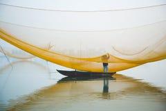 Έλεγχος του Φίσερ καθαρός στον ποταμό Hoai στην αρχαία πόλη Hoian στο Βιετνάμ Στοκ φωτογραφία με δικαίωμα ελεύθερης χρήσης