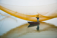 Έλεγχος του Φίσερ καθαρός στον ποταμό Hoai στην αρχαία πόλη Hoian στο Βιετνάμ Στοκ φωτογραφίες με δικαίωμα ελεύθερης χρήσης