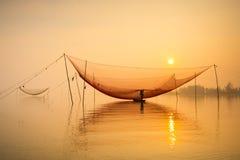 Έλεγχος του Φίσερ καθαρός στον ποταμό Hoai στην αρχαία πόλη Hoian στο Βιετνάμ Στοκ εικόνα με δικαίωμα ελεύθερης χρήσης