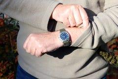 Έλεγχος του χρόνου σε ένα ρολόι. Στοκ φωτογραφίες με δικαίωμα ελεύθερης χρήσης
