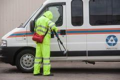 Έλεγχος των επιπέδων ακτινοβολίας που χρησιμοποιούν ένα δοσίμετρο Στοκ φωτογραφίες με δικαίωμα ελεύθερης χρήσης